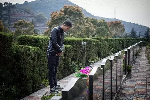 视频:代客扫墓人不下跪不假哭直播15分钟 最高收600元