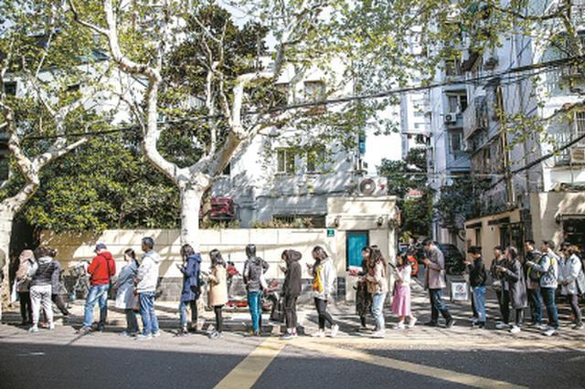 上海话剧艺术中心回归推半价活动 剧迷通宵排队等候