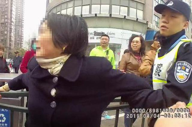 女子骑车闯红灯还拍落民警执法器材 被处行政拘留5日