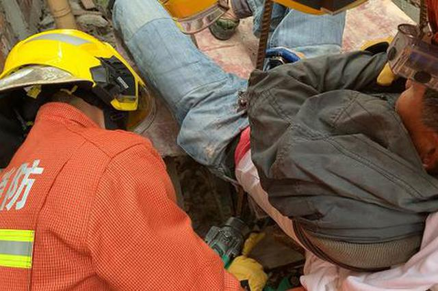 工人高处坠落被钢筋贯穿左臀 金山消防紧急救援