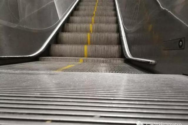 女童自动扶梯上用脚反复顶擦边缘 鞋被卷入险酿大祸