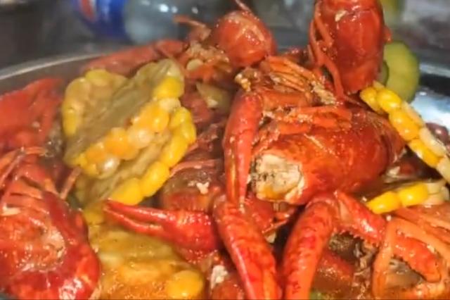 西瓜味小龙虾:用西瓜汁焖煮口味清甜