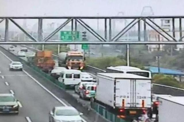 槽罐车逸仙路高架上逆行致严重拥堵 急救车被堵车流中