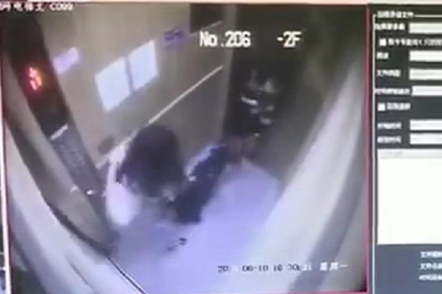 大年夜黑犬进电梯忽然掉去理智 咬伤1岁男童手臂留下牙痕