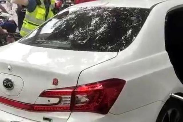 比亚迪冲上人行道致两人受伤 肇事司机已被警方控制
