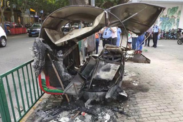 浦东一移动餐车自燃被烧到只剩铁架 无人员伤亡