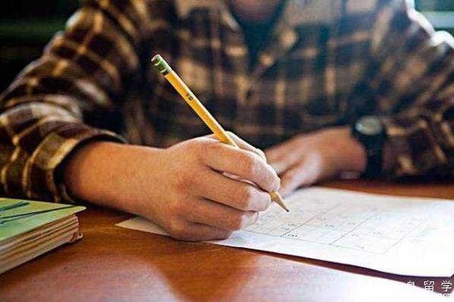 市教育考试院评点英语试卷:紧贴时事热点彰显育人价值