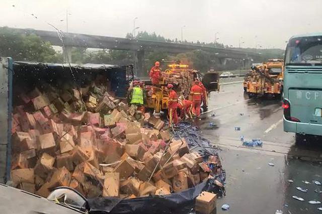 外环高速北翟立交段货车载25吨饮料倾翻 后方道路拥堵