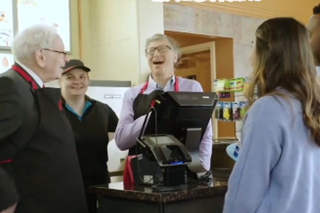 世界首富冰淇淋店打工记 吃冰群众点单好淡定哦