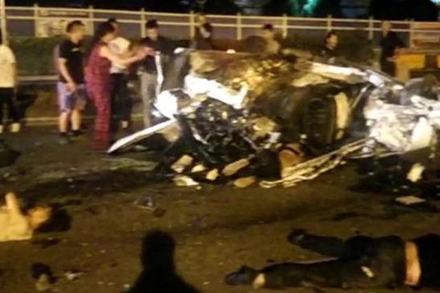 龙东大道汇庆路口轿车侧翻 致二死二伤