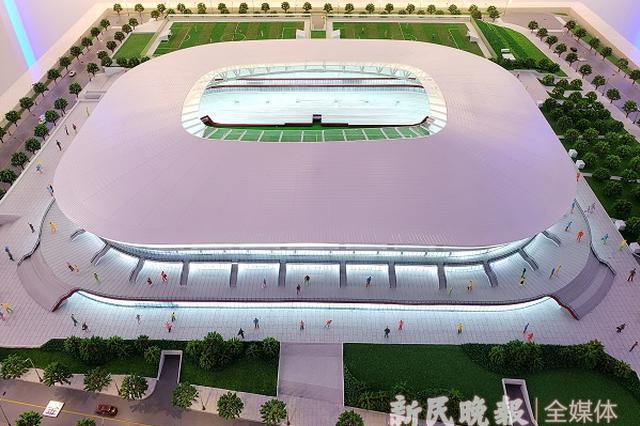 浦东足球场首根看台钢梁吊装成功 年底主体结构封顶