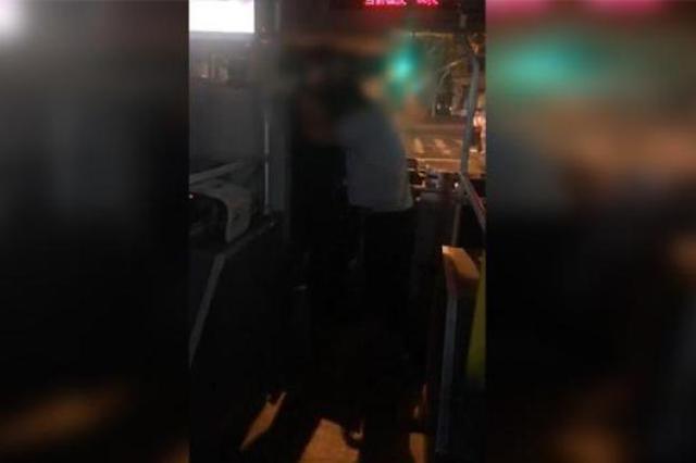 须眉殴打公交司机 涉嫌以危险办法伤害公共安然罪被拘