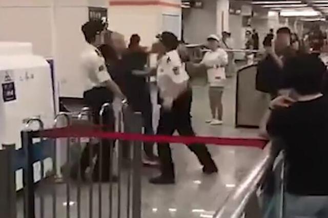 上海地铁一乘客与安检员互殴 鞋子被踹飞