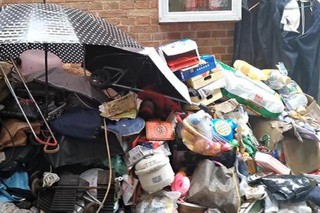 上海一老人收废品过多蔓延至弄堂 保洁公司整理三卡车
