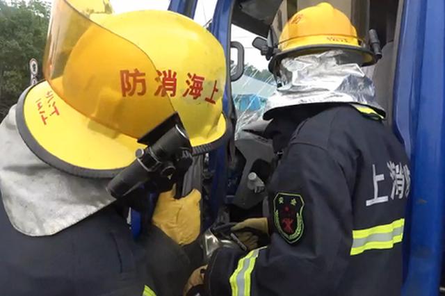 沪松公路文翔路口两货车追尾 消防员救出被困司机