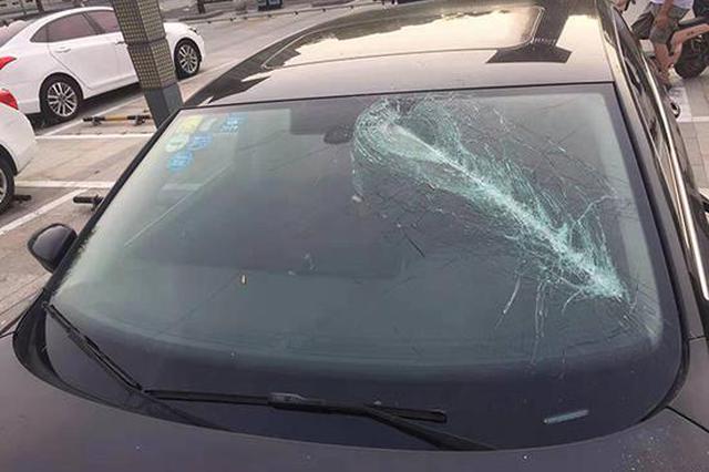男子被分手后喝20多瓶啤酒 得知上司抢女友砸7车被拘