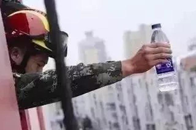 申城消防开展高空抛物实验 易拉罐5楼坠落力达40公斤