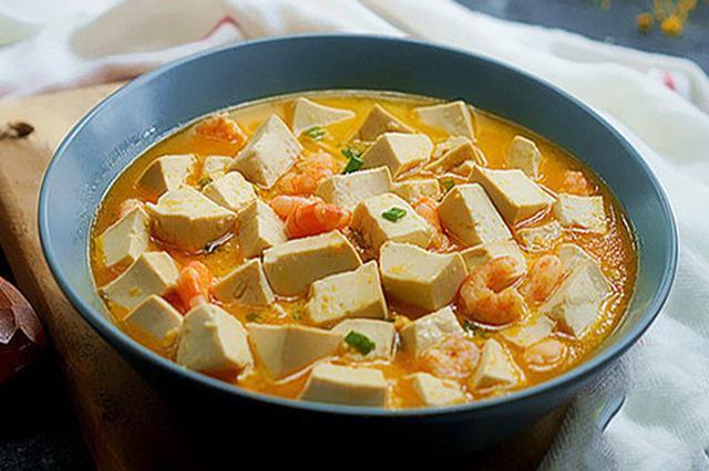 咸蛋黄虾仁豆腐 味道鲜美咸淡适宜