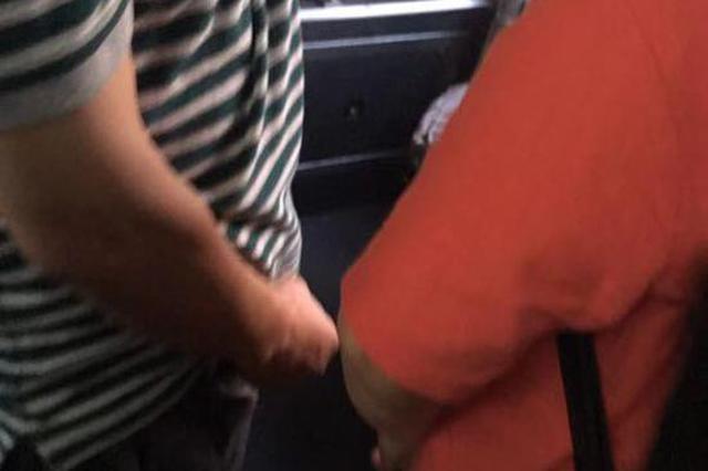 六旬须眉裸露私处猥亵他人 公交车上被当场抓现行
