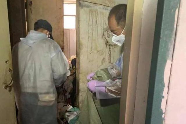25岁须眉和垃圾渗出物共处一室十几年 12岁时父母双亡