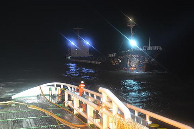 受台风影响一万吨货船偏荡失控15名船员遇险 现已获救