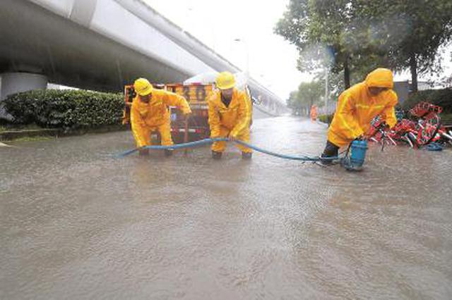 上海普降暴雨至大年夜暴雨 近8000名抢险人员抢排积水