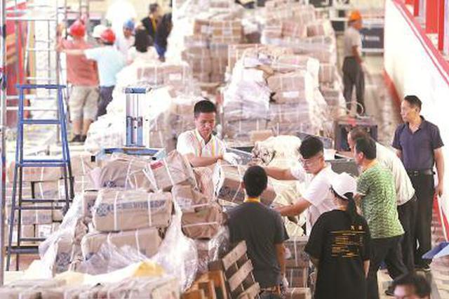 上海书展布展工作正进行 各展区拆箱、书籍上架热火朝天