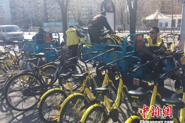 普陀光新路浦发广场共享单车聚积如山 行人无路可走