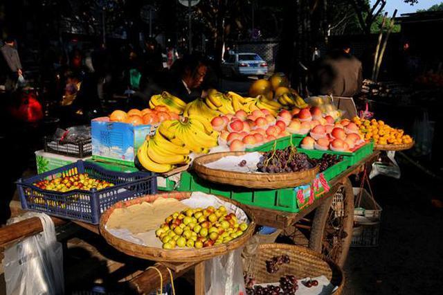 嘉定宝安公路存在水果摊占路经营情况 影响正常通行