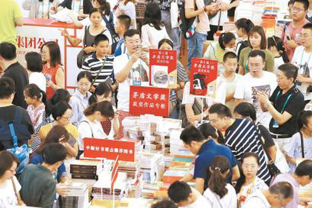 第十届茅盾文学奖昨天揭晓 上海书展获奖作品摆上专架