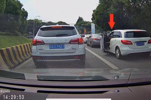 上海交警点名沪A2Y278、沪C625KP、鲁DE373R乱抛垃圾