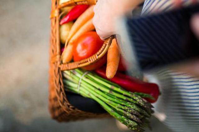 漕河泾菜市场场长侵吞商户缴纳费用 蔬菜比别处贵