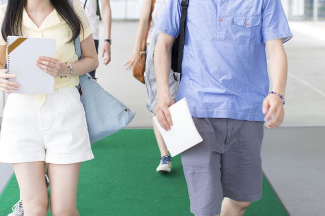 上海高校迎来首批新生 父母开房车送双胞胎女儿报到