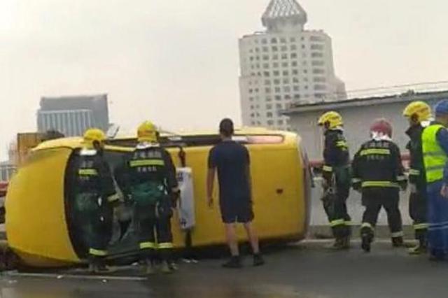 一出租车今晨在南浦大桥侧翻 驾驶员轻伤4名乘客无碍