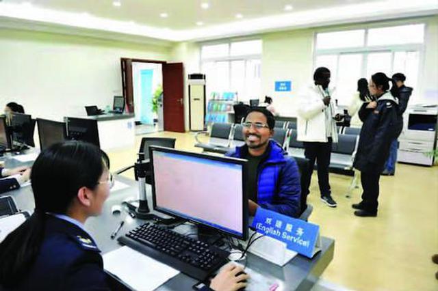 长宁区税务局推出双语服务专窗 职工精通6国语言