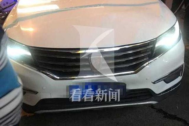 女司机地库开车出来掉控冲上路面 撞2人致1逝世1伤