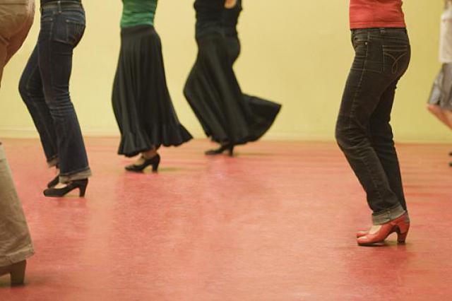 大年夜妈跳舞激发团战 跳舞教师女儿赶来救场打伤一人获刑