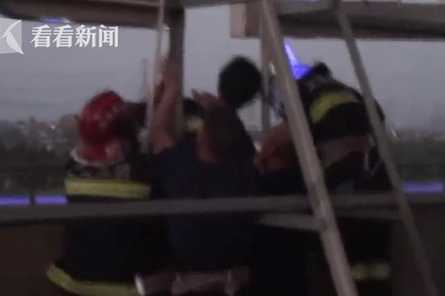 女大学生或因情感问题欲跳楼轻生 消防员机智施救