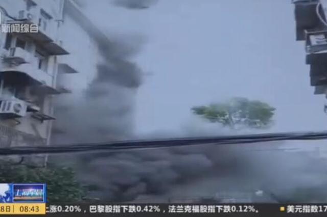 上海一小区民宅起火 火势猛烈殃及多户人家