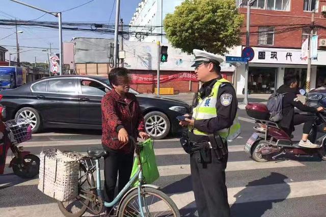 行人抄近路所不走人行横道 奉贤民警予以警告处罚