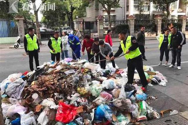 上海一女子把钻戒当垃圾扔掉 环卫师傅翻8吨垃圾找回