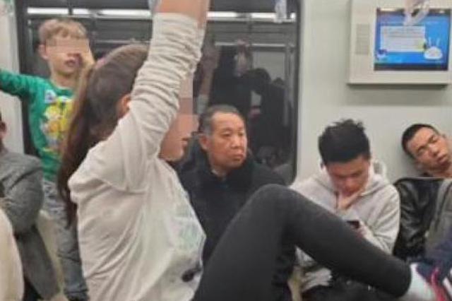 多名儿童地铁内拉吊环嬉闹 上海地铁呼吁乘客遵守规则