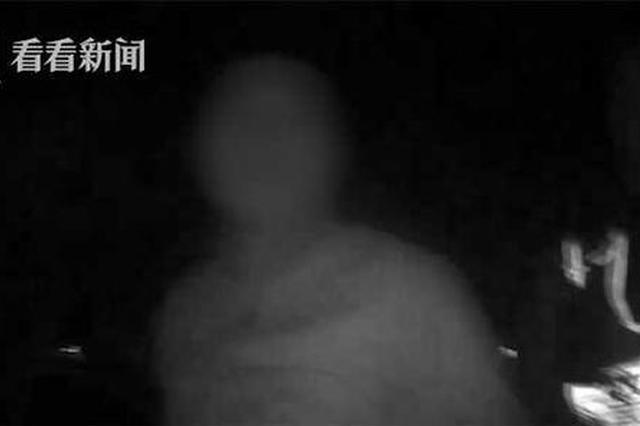 须眉钻门偷盗触发报警 逃脱时卡在门缝被抓现行