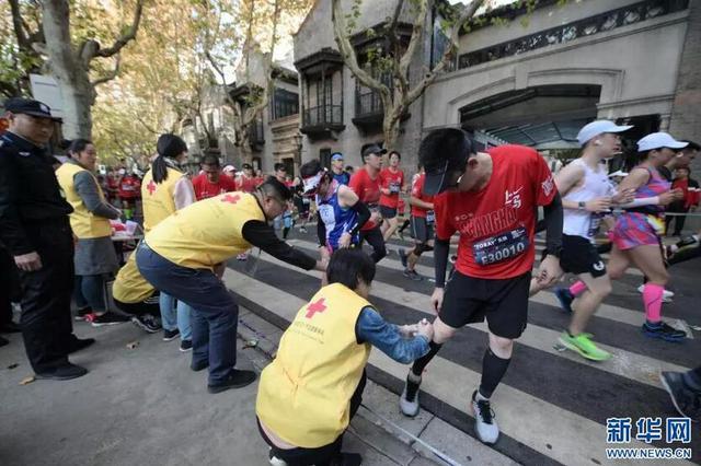 上海马拉松遭高温疑致多位跑者猝倒 专家:量力而行
