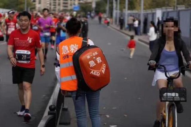 女跑者上马赛道上骑共享单车 并存替跑行为被终身禁赛