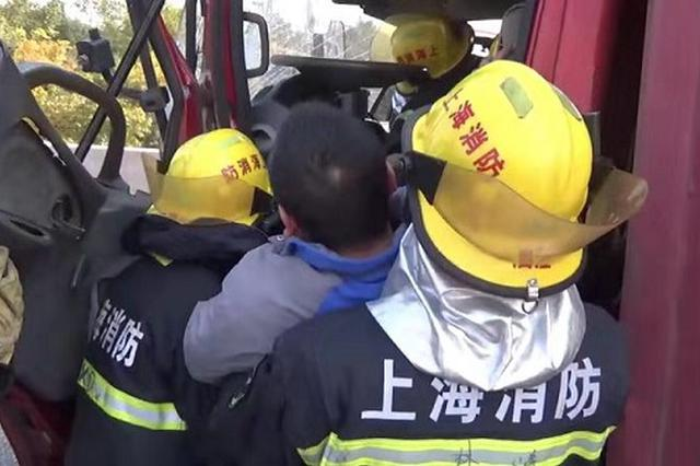 G15两货车追尾 消防员撬开车门救出被困司机