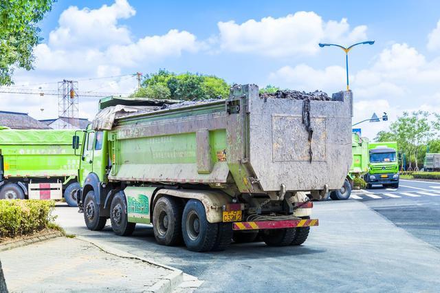嘉松南路泗凤公路口一土方车司机醉驾 酿成三车追尾