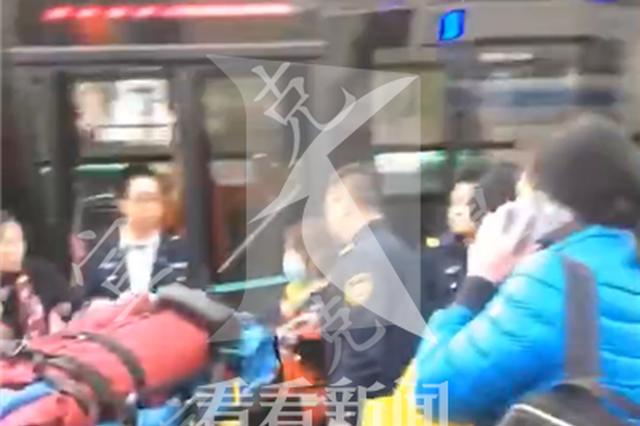 灵石路951路公交车失控撞树 伤员送医救治