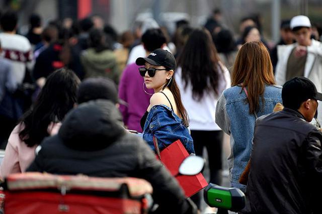 经济蓝皮书:大众穿着消费走弱 教育文娱消费蓬勃发展