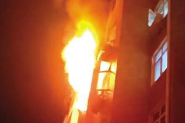 浦东汇腾东苑小区居民家起火 楼上住户阳台被熏得漆黑